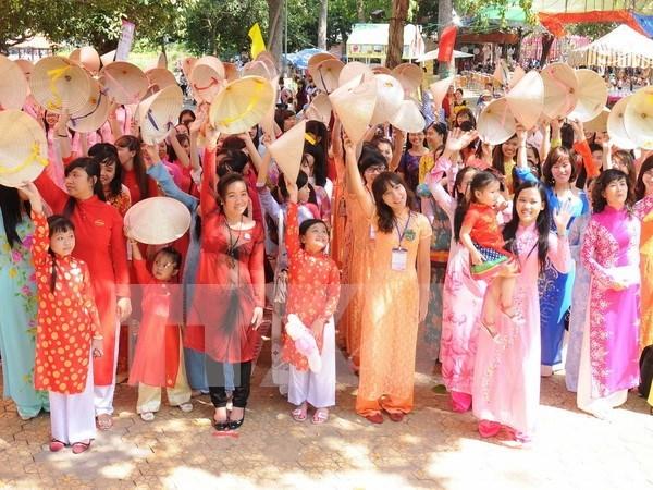 Saris, ao dai grace cross-culture catwalk hinh anh 1