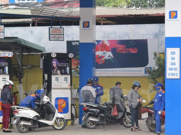 Petrol prices up over 500 VND per litre hinh anh 1