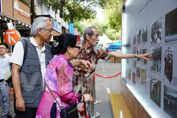 Photos feature Vietnamese expats in France over decades hinh anh 1