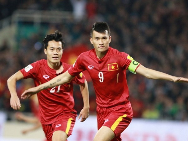 Football team climbs two places on global rankings hinh anh 1