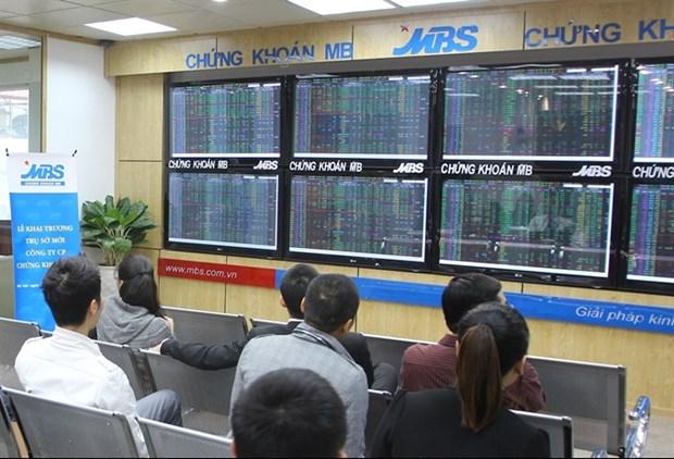 Blue chip stocks lift Vietnam's markets hinh anh 1
