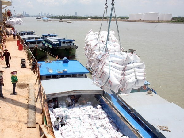 Vietnam's exports rise 6 percent in first four months hinh anh 1