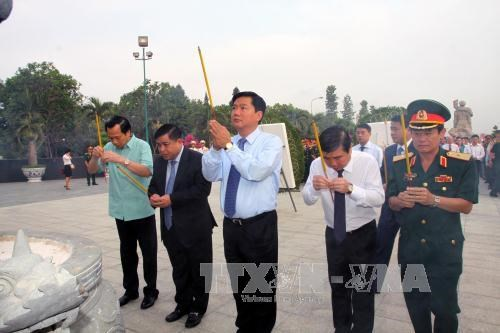 HCM City, Hanoi leaders pay tribute to heroic martyrs hinh anh 1