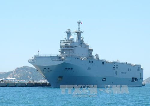 French naval ship berthed in Vietnam for friendship visit hinh anh 1