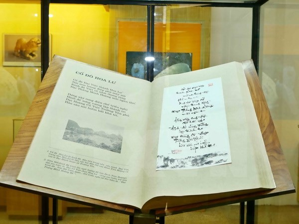 Vietnam's giant poetry book sets Worldkings's record hinh anh 1