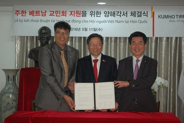 Kumho Tire extends funding for Vietnamese people' activities in RoK hinh anh 1