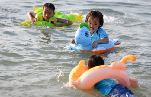 Free swimming class for disabled children opens in Tien Giang hinh anh 1