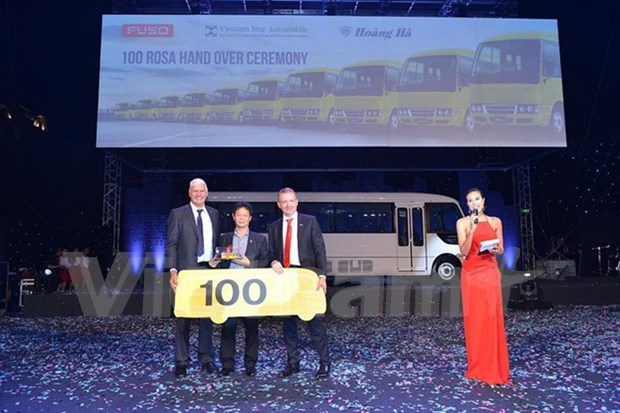Mercedes-Benz's ROSA buses well received in Vietnam hinh anh 1