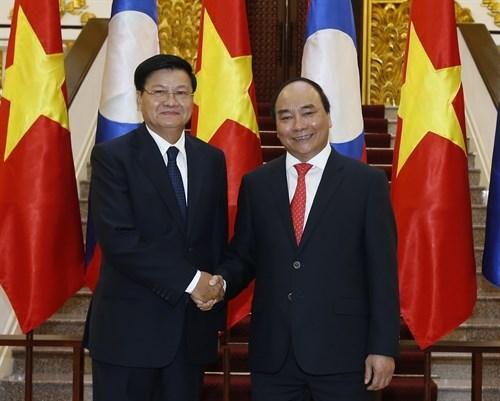 Vietnamese, Lao PMs hold talks hinh anh 1