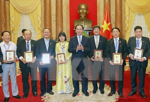 President meets with Vietnamese businesses hinh anh 1