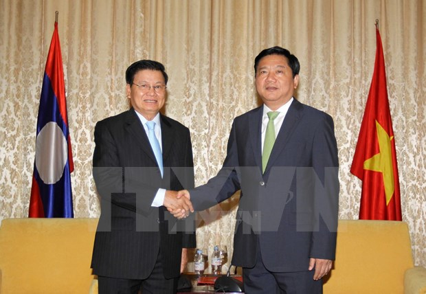 HCM City officials welcome Lao PM hinh anh 1
