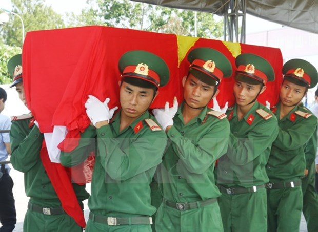 Volunteer soldiers' remains laid to rest in Kon Tum hinh anh 1