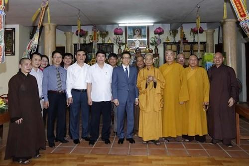 Deputy PM visits Vietnam Buddhist Sangha Supreme Patriarch hinh anh 1