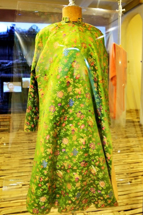 Old, rare ao dai collection displayed in Hue hinh anh 1