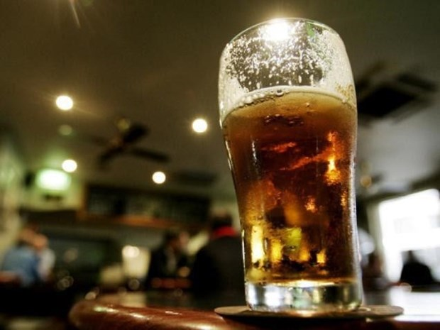 Malaysia to raise drinking age to 21 next year hinh anh 1