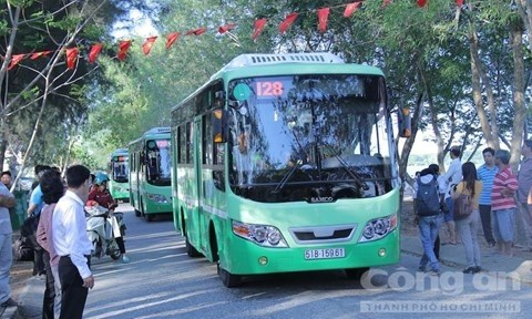 HCM City pilots electricity-powered bus routes hinh anh 1