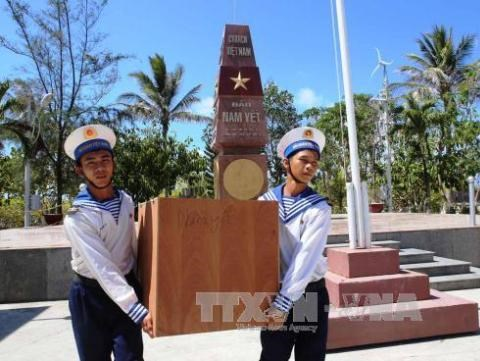 Organisations honoured for contributions to Truong Sa fund hinh anh 1