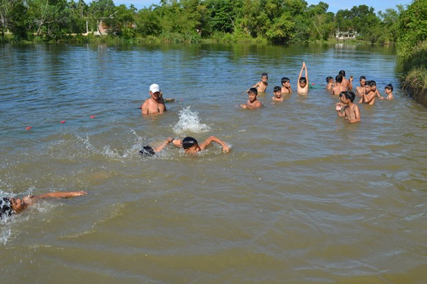 Children in Quang Ngai taught swimming skills in river hinh anh 1