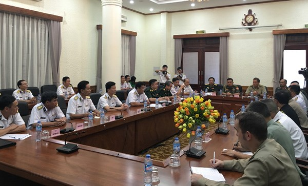 Foreign military attaches tour Vietnam's naval units hinh anh 1
