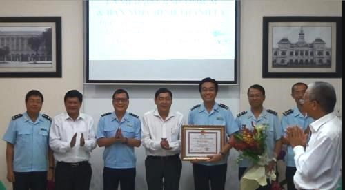 Airport customs honoured for drug, arms smuggling discoveries hinh anh 1