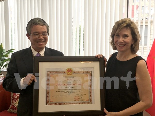 Friendship order medal presented to American Commerce Chamber Governor hinh anh 1