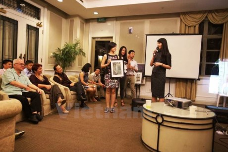 Singapore-based fund awards scholarships to Vietnamese students hinh anh 1