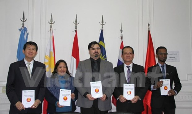Award-winning essays on ASEAN presented in Argentina hinh anh 1