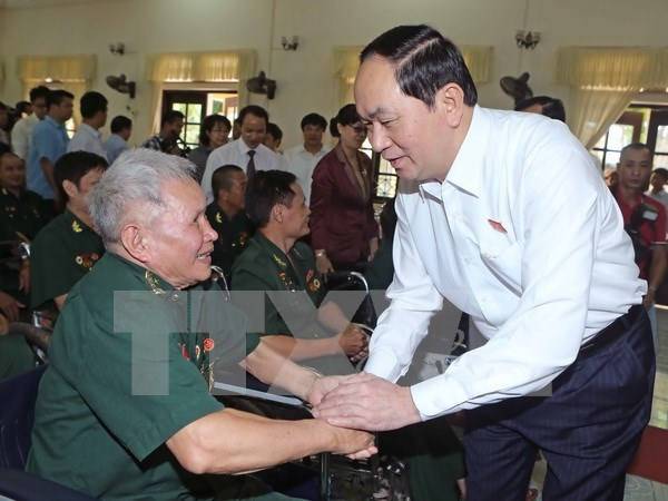 President presents gifts to wounded soldiers hinh anh 1