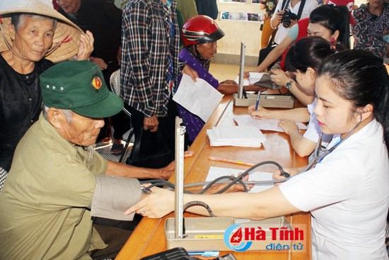 Free health check-ups for poor people in Ha Tinh hinh anh 1