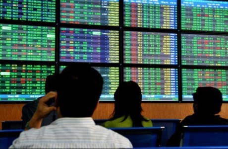 Vietnam's shares extend losses as oil prices slump hinh anh 1