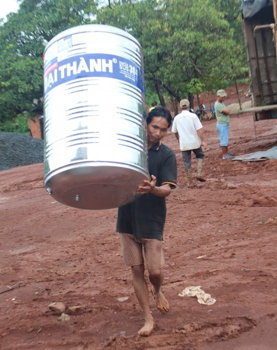 Water tanks provided to ethnic minority households in Binh Phuoc hinh anh 1