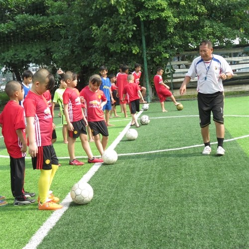 Free football training for poor kids in HCM City hinh anh 1