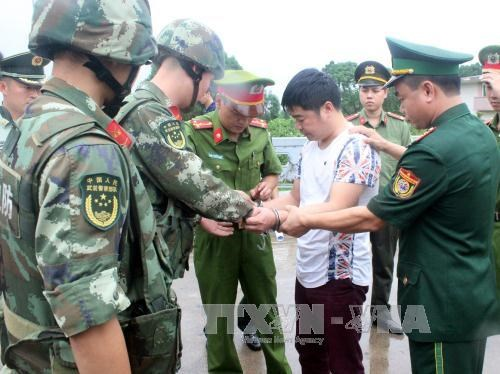 Quang Ninh police hand over wanted man to Chinese police hinh anh 1