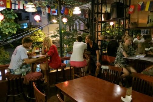 Hanoi pilots longer opening hours for restaurants, bars hinh anh 1