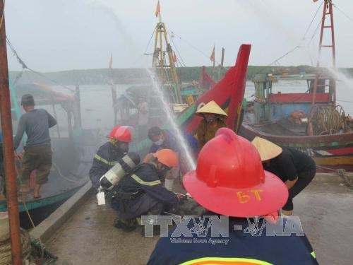Nghe An holds drill on firefighting, rescue for fishing boats hinh anh 1