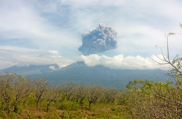 Indonesia evacuates over 1,000 tourists after volcano eruption hinh anh 1