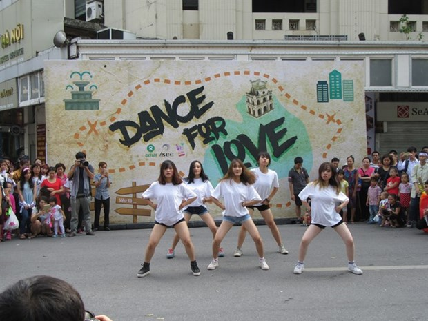 Hanoi youth shake it on the streets for love hinh anh 1