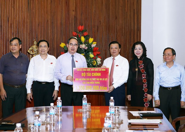 VFF ensures delivery of aid to central provinces hinh anh 1