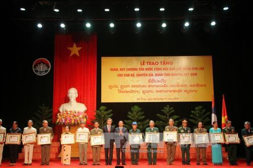 Laos honours Vietnamese voluntary soldiers, experts hinh anh 1