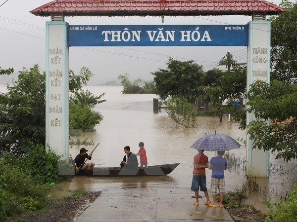 OVs make donations to help flood victims in central region hinh anh 1