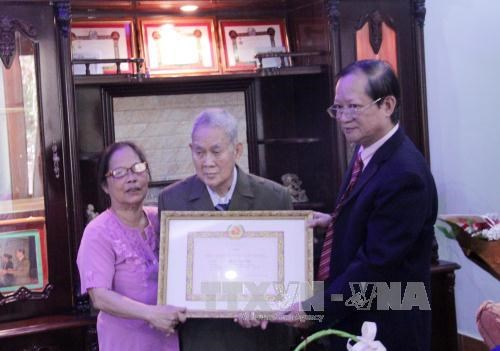 First Vietnamese-Lao receives 65-year Party membership badge hinh anh 1