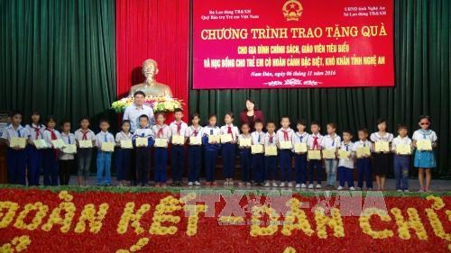 Vice President presents gifts to disadvantaged students hinh anh 1