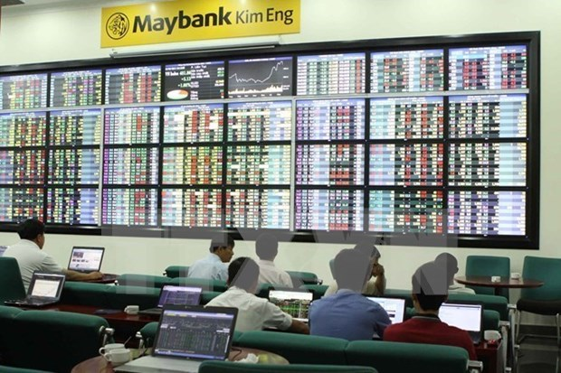 Stocks slip as foreigners sell shares hinh anh 1