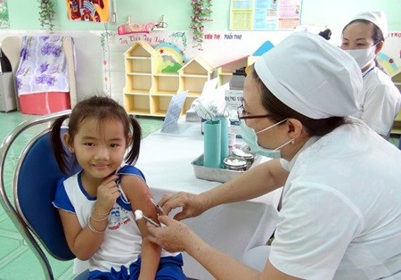 Shortage of 6-in-1 vaccine leaves children vulnerable hinh anh 1