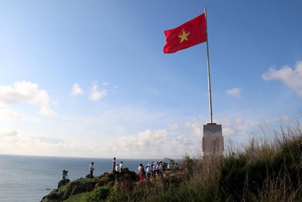 Sovereignty flag pole unveiled on Phu Quy Island hinh anh 1