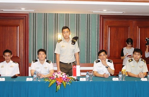Vietnam, Singapore young military officers meet hinh anh 1