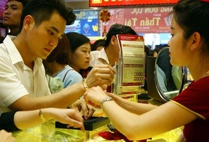 Vietnam's gold consumption falls 23 percent hinh anh 1