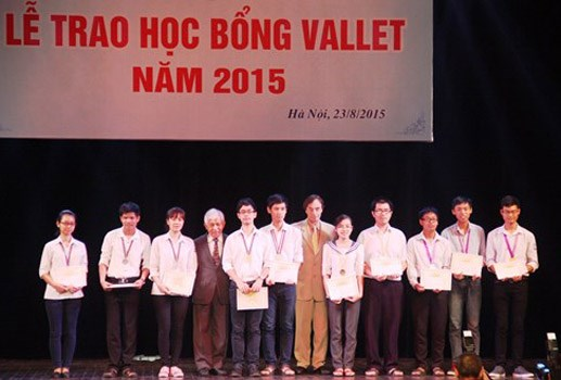 Students awarded Vallet scholarships hinh anh 1