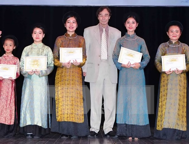 Students in central region awarded Vallet scholarships hinh anh 1