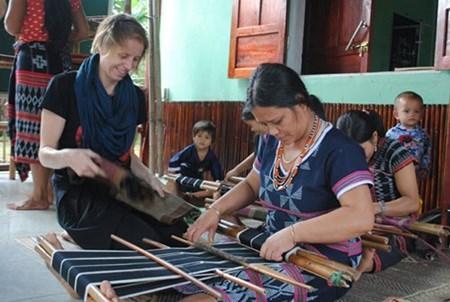 Belgian helps Co Tu weaving hinh anh 1